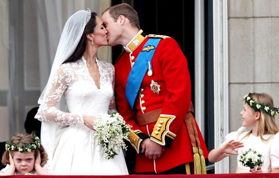 1335456609_kate-middleton-prince-william-kiss-zoom